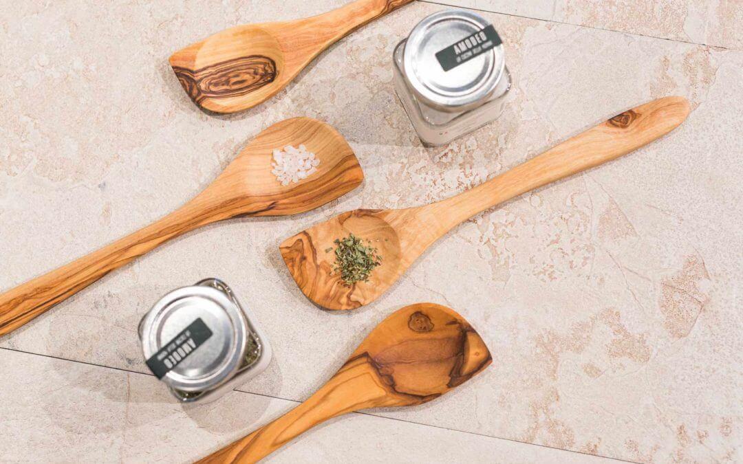 Olivenholz, Meersalz und Oregano